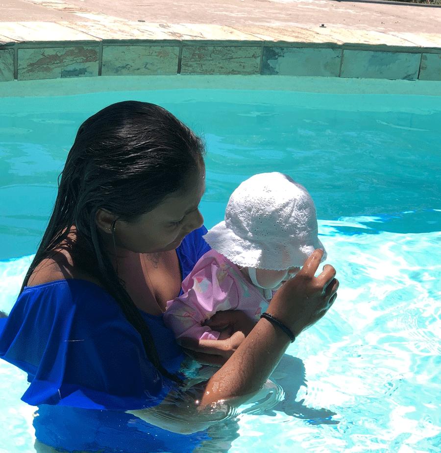 Au-Pair-con-bebe-piscina